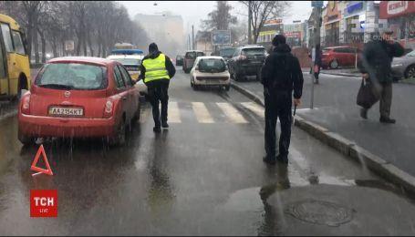 Вилетів на автобусну зупинку, збив двох людей і дитину – на столичному Подолі сталася аварія