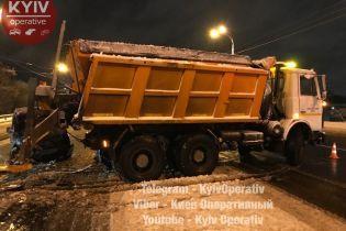 В Киеве снегоуборочная машина устроила ДТП, в котором пострадал ребенок