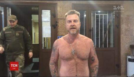 Шоумен Мухарський голий прийшов до суду, який розглядає його позов до колишньої дружини