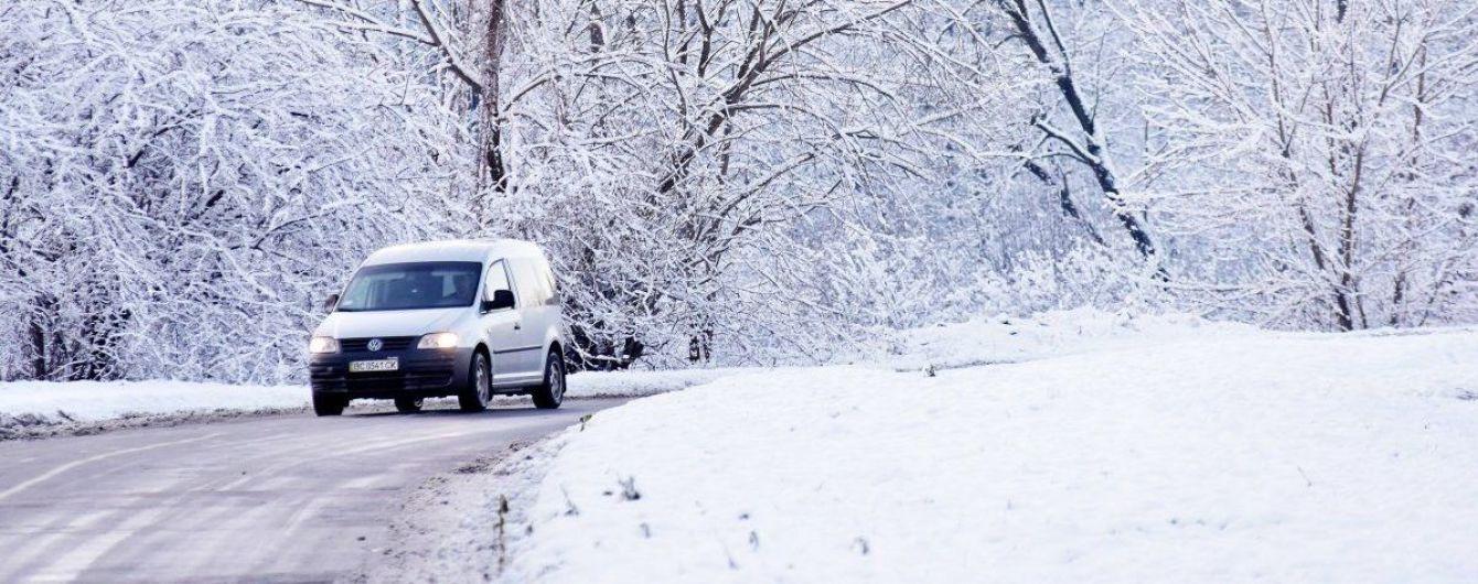 Ожеледь і налипання мокрого снігу: у Києві через погіршення погоди на вулиці вийшла спецтехніка