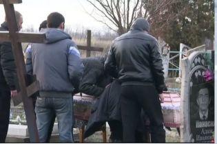 На Днепропетровщине похоронили двухлетнюю девочку, которую застрелил 10-летний братик