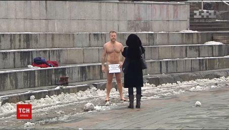 Возмущенный и голый: шоумен Антон Мухарский снова разделся в знак протеста