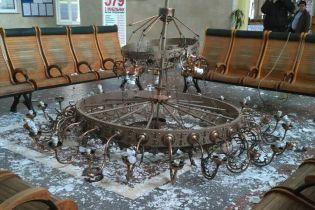 Залізничники у Херсоні пояснили падіння люстри на вокзалі плановими роботами