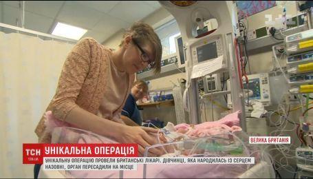 В Британии врачи трижды прооперировали новорожденную девочку, которая родилось с сердцем наружу