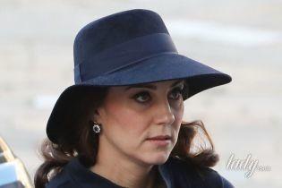 Элегантная герцогиня Кембриджская в шляпе и пальто прибыла на поминальную службу