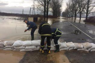 На Закарпатті затопило дорогу державного значення та обвалився міст