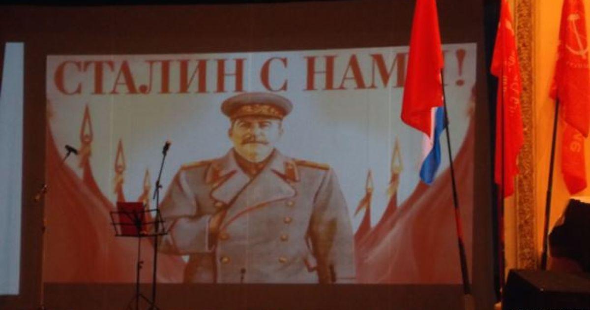 """В оккупированном Севастополе коммунисты приняли детей в пионеры и спели """"Верните Сталина"""""""