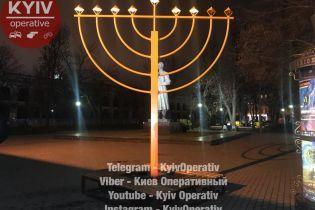 В Киеве на Подоле кровью осквернили монумент в честь Хануки