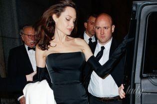 Эффектная Джоли вышла в свет в обтягивающем фигуру вечернем платье