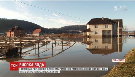 Тысячи гектаров дворов на Закарпатье остаются подтопленными