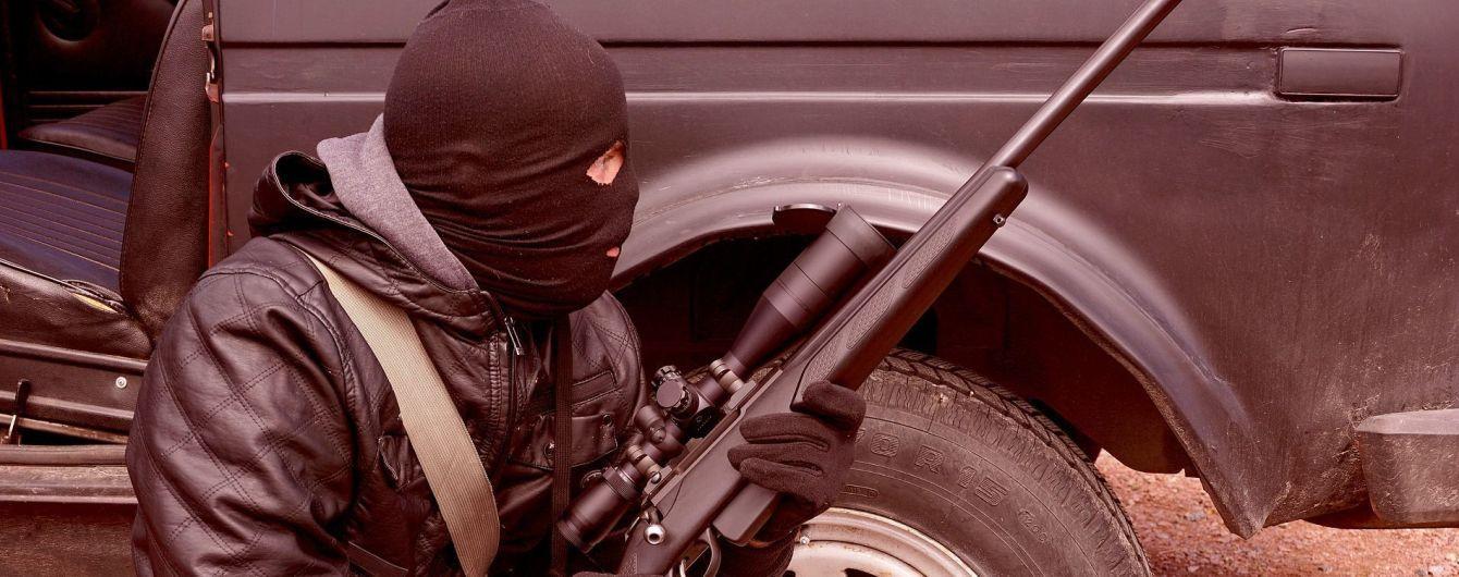 Затолкали в машину и держали в гараже: вооруженные преступники украли у украинца биткоинов на 68 млн