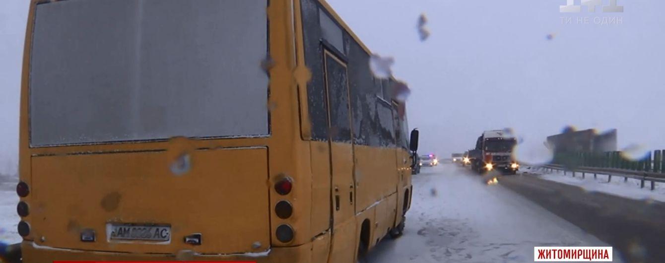 Затор на трасі Київ-Чоп: у заметіль там зіштовхнулися автобус, дві вантажівки і три легковики