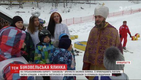 """На курорте """"Буковель"""" засияла елка, а детвора встретилась со Святым Николаем"""