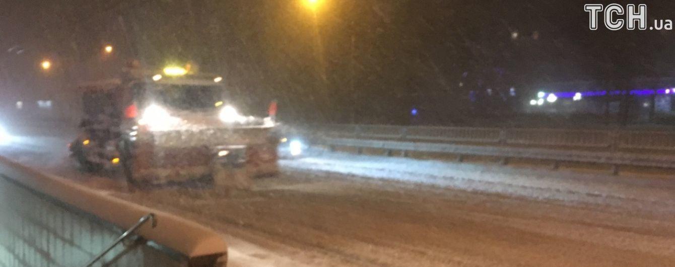 Понад 270 машин спецтехніки рятують Київ від снігу
