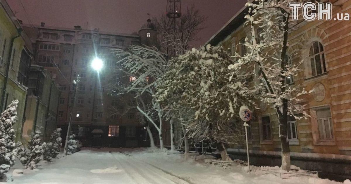Синоптики прогнозують сильні снігопади, хуртовини та ожеледицю. Штормове попередження