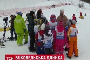 Діти у Буковелі одними з перших побачили Святого Миколая і отримали від нього подарунки