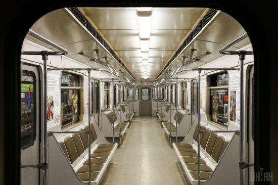 Необмежена кількість пасажирів, але всі у масках і рукавичках: нові можливі правила для проїзду в метро Києва