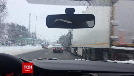 Через снігопад перед в'їздом до Києва стоять кілометрові черги вантажівок