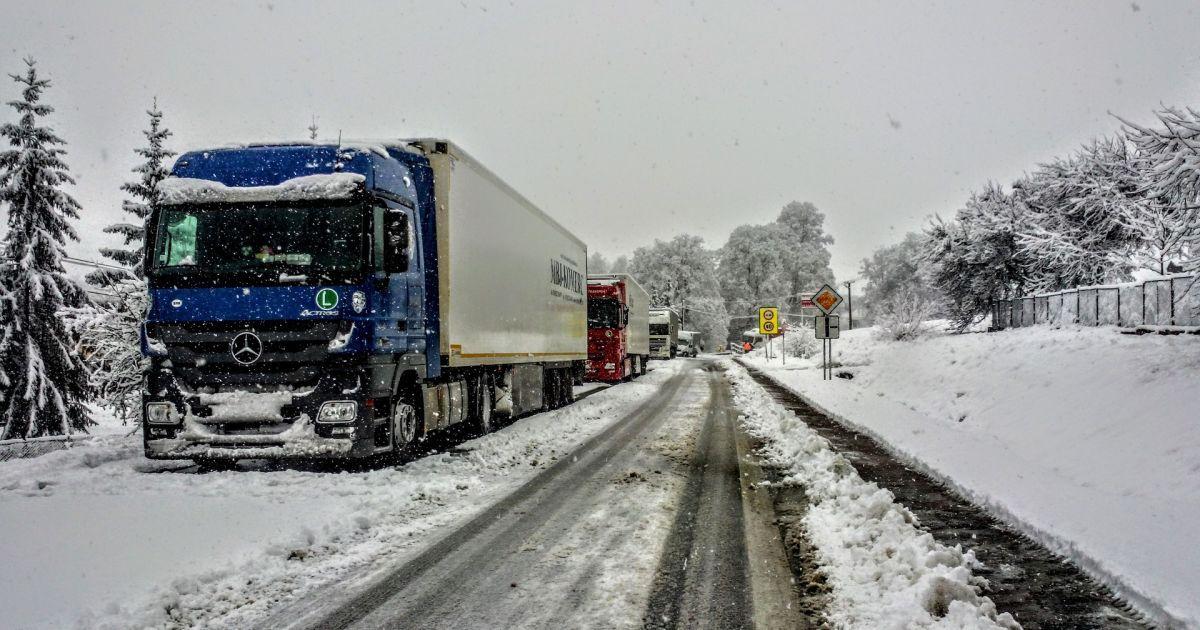 В очікуванні снігового колапсу в трьох областях обмежили рух вантажівок