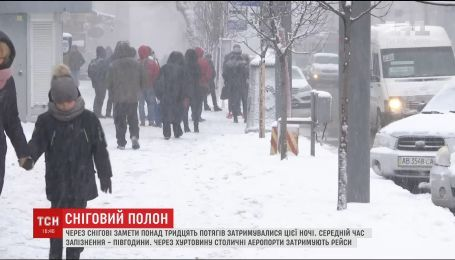 Снежные метели стали причиной задержки около 30 поездов по Украине