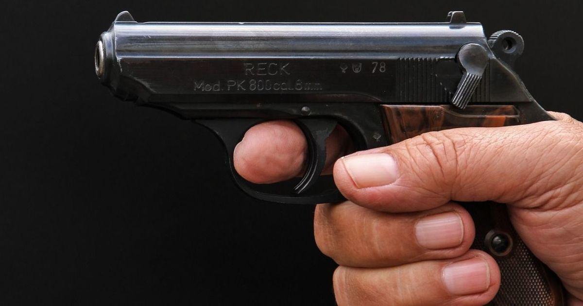 В Ивано-Франковске двое парней угрожали таксисту оружием