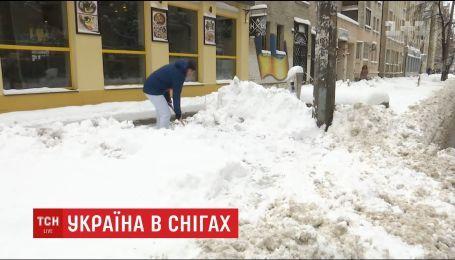 Снег парализовал движение на улицах столицы