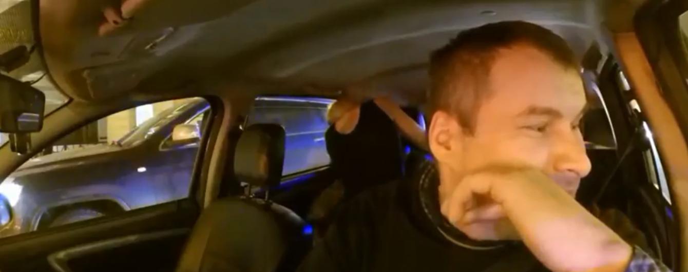 """""""Здесь вообще никак нельзя?"""": в РФ таксист не дал любовникам заняться сексом в авто"""