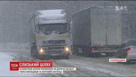 На Тернопільщині фури не можуть подолати підйоми і застрягають, блокуючи собою дорогу