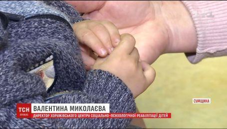 На Сумщині батько демонстративно залишив у магазині свого дворічного сина та поїхав