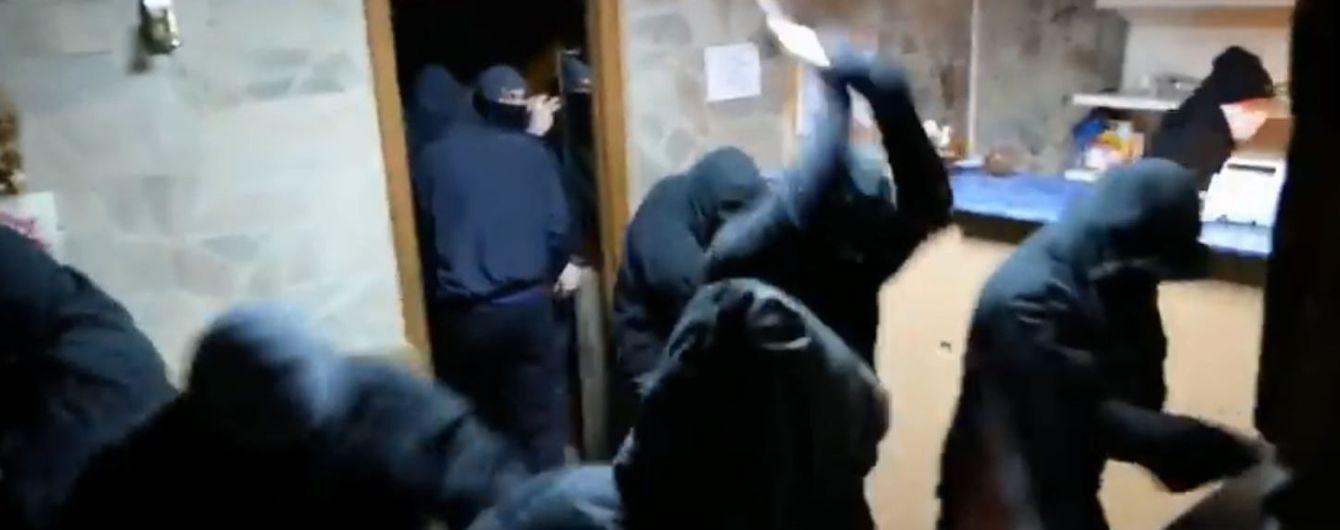 В Киеве ночью неизвестные с молотками разгромили кафе