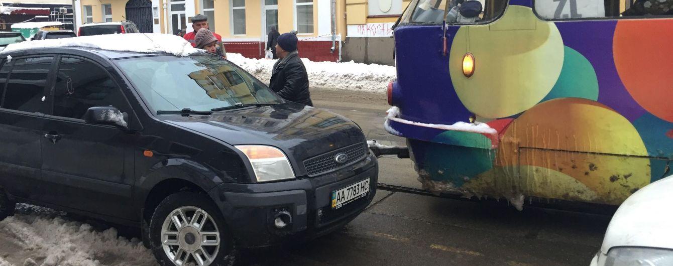 Узкие улочки Киева становятся капканом для трамваев, потому что водители из-за снега паркуются чуть ли не по центру дороги