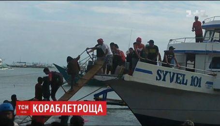 У побережья филиппинской столицы во время шторма перевернулся и затонул паром с пассажирами
