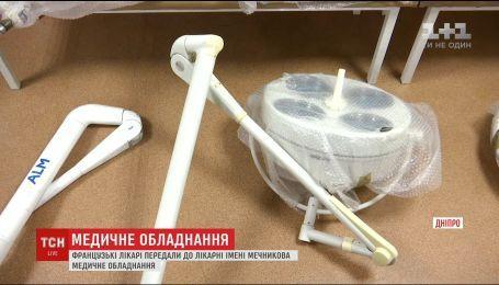 Французские врачи передали в больницу имени Мечникова медицинское оборудование