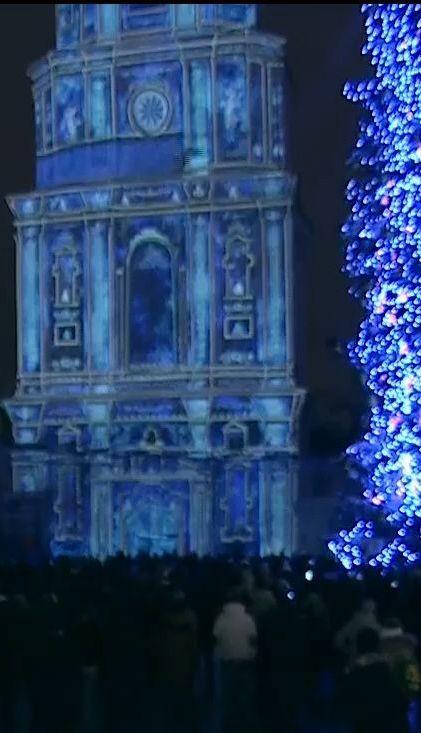 На Софийской площади демонстрируют световое шоу, где объединили украинскую и восточную культуру