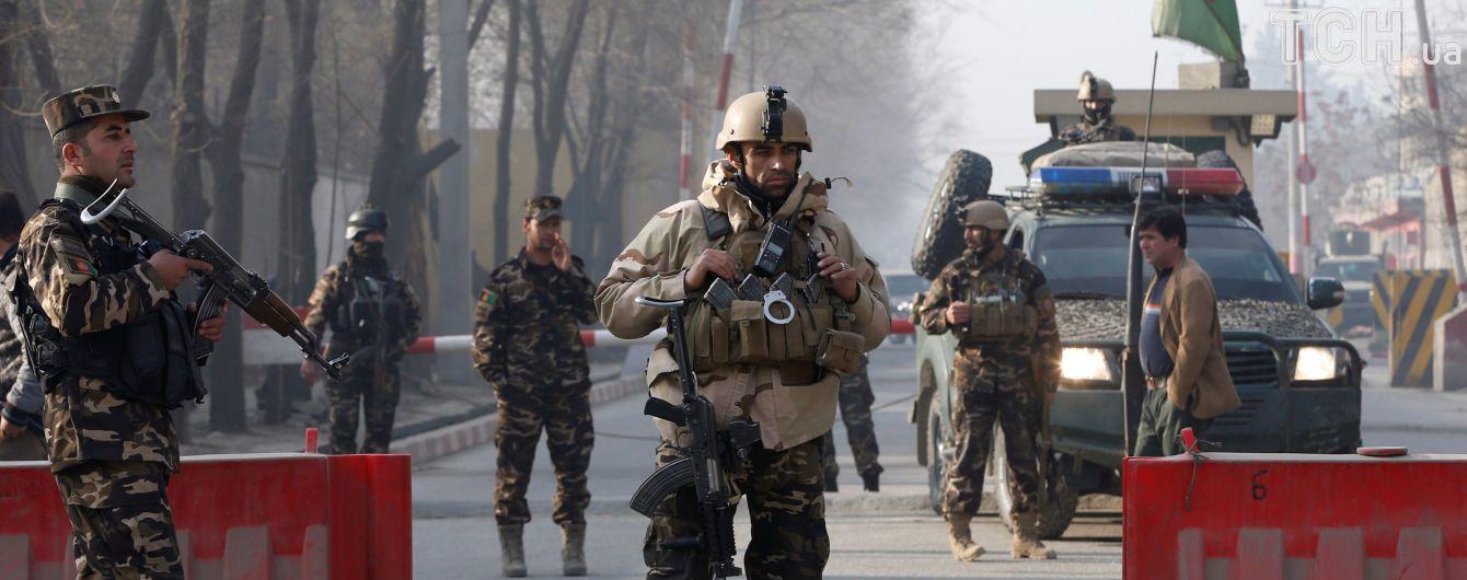 В Кабуле в результате атаки смертника погибли по меньшей мере пять человек, вдвое больше получили ранения