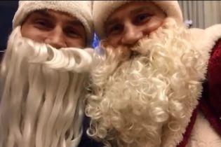 Брати Клички у костюмах Санта Клаусів записали відео для фанатів