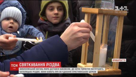 На Буковелі запалили свічки від різдвяного вогню, що принесли пластуни