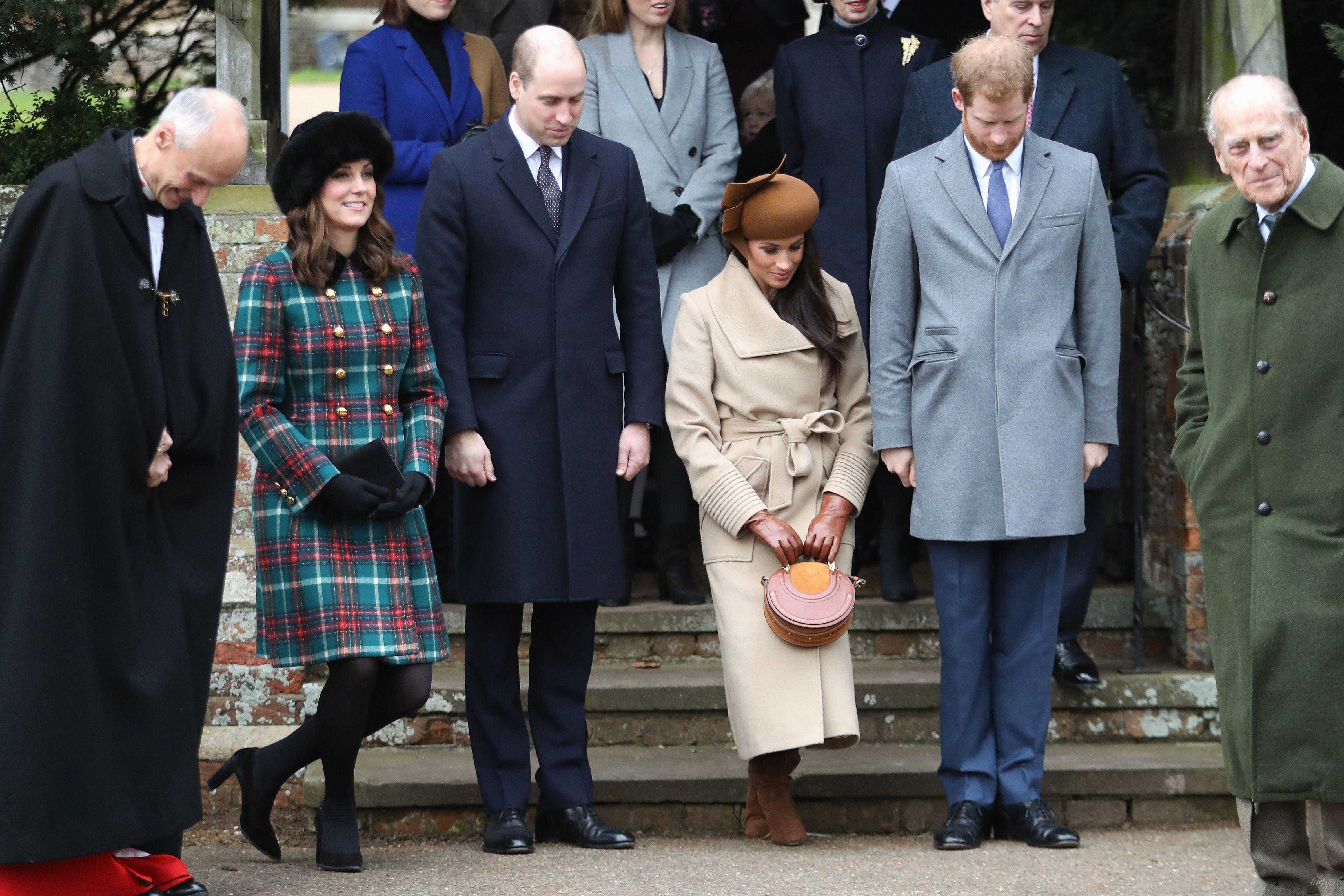 Королевская семья у церкви в Сандрингеме_3