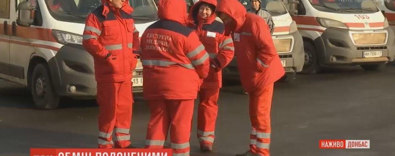 К месту обмена заложниками прибыли несколько бригад медиков и спасателей