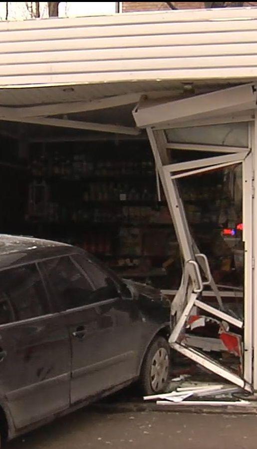 Трирічна дівчинка отримала травму хребта внаслідок наїзду автомобіля на магазин