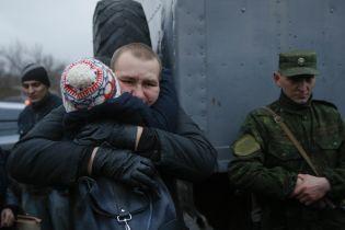 """Объятия после плена и """"факи"""" освобожденных боевиков: обмен заложниками в фотографиях"""