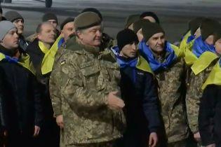 Порошенко поблагодарил Меркель и Макрона за помощь в освобождении украинских заложников