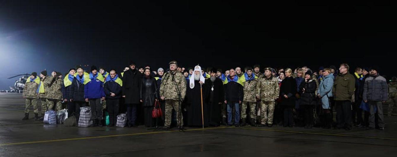 65 звільнених з полону бойовиків заручників звернулися за грошовою допомогою в 100 тисяч гривень