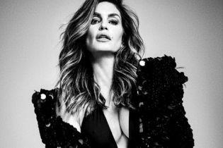 В блестящих нарядах с глубоким декольте: кадры из нового фотосета Синди Кроуфорд