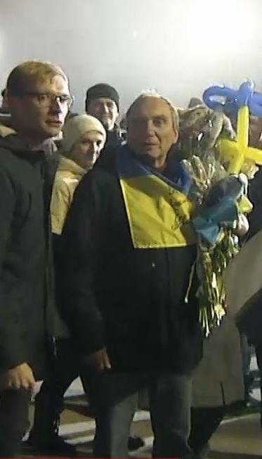 Звільнених з полону українських військових оглядають лікарі центрального шпиталю