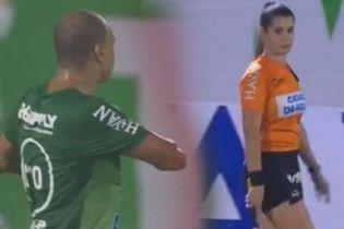 Женщина-арбитр разозлилась на футболиста за романтический жест