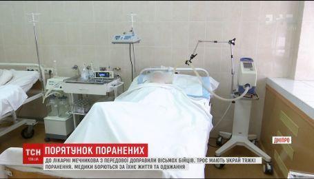 В больнице Мечникова борются за жизнь тяжелораненых бойцов с передовой