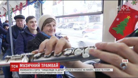 Киевским Подолом курсирует трамвай с игрушками, Дедом Морозом и музыкантами