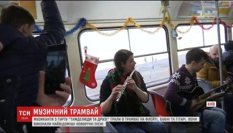 В трамвае на Подоле пассажирам целый день создавали новогоднее настроение