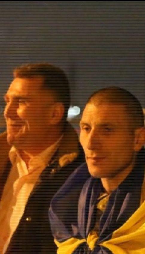 В Луцке десятки горожан встретили бойцов, вернувшихся из плена боевиков
